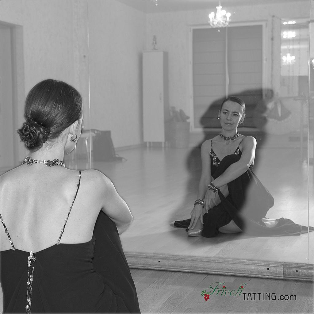 Фриволите в декорировании костюма для бальных танцев. Tatting in ball-room dress decoration.