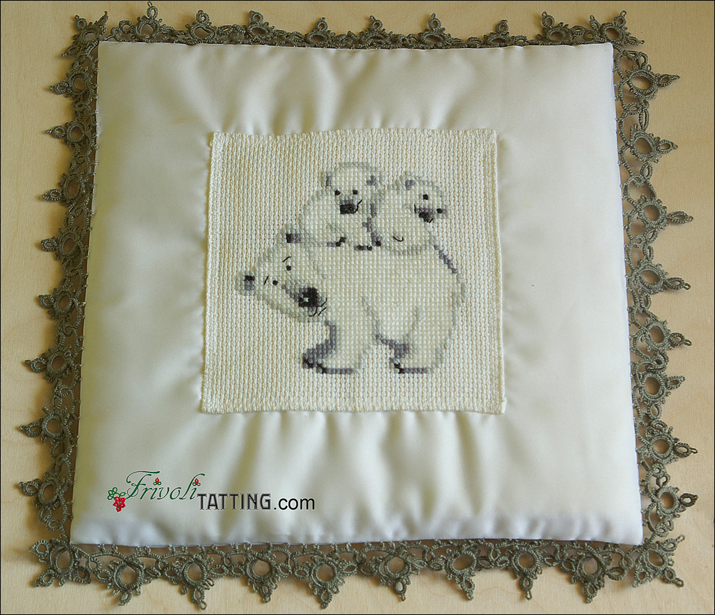 Подушка с фриволите и вышивкой крестом. Pillow with tatted edging and cross stitch embroidery
