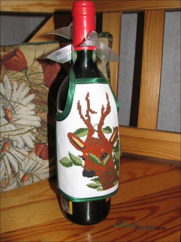 Фартук для бутылки, украшенный вышивкой крестом.