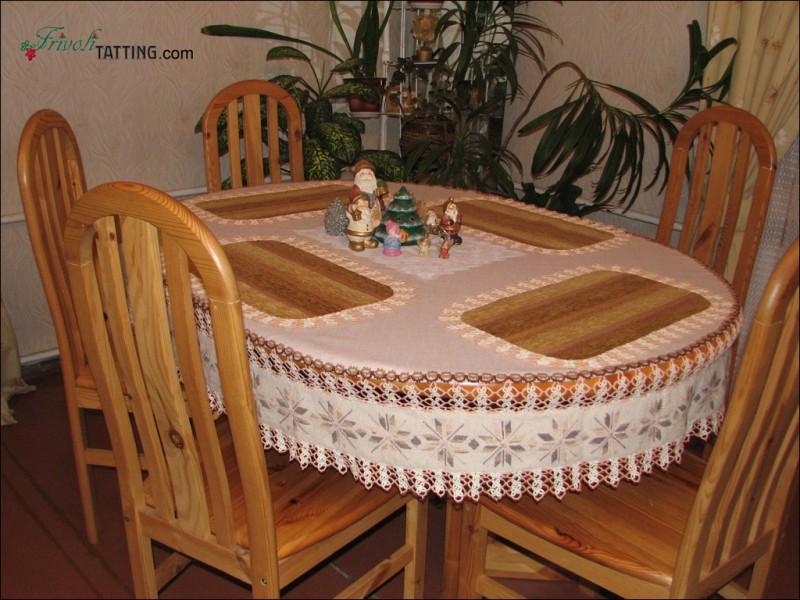 Скатерть, урашенная кружевом фриволите и вышивкой крестом. Tablecloth with tatted edging and cross stitch embroidery.